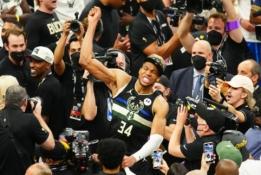 """G. Antetokounmpo vedami """"Bucks"""" iškovojo NBA titulą po 50 metų pertraukos"""
