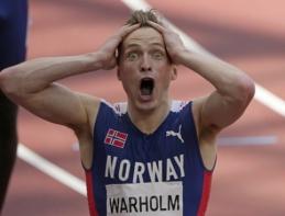 E. Thompson triumfavo 200 m bėgime, o K. Warholmas beveik sekundę pagerino pasaulio rekordą